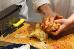 Pliage du chou chinois pour le kimchi